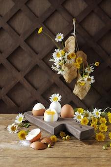 Gekochte eier auf einem hölzernen stand. eierschale. flüssiger eigelb