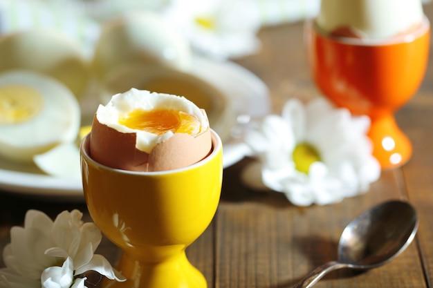 Gekochte eier auf farbigem holztisch