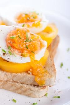 Gekochte eier auf scheibe brot