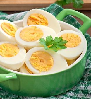 Gekochte eier in einer schüssel mit petersilienblättern