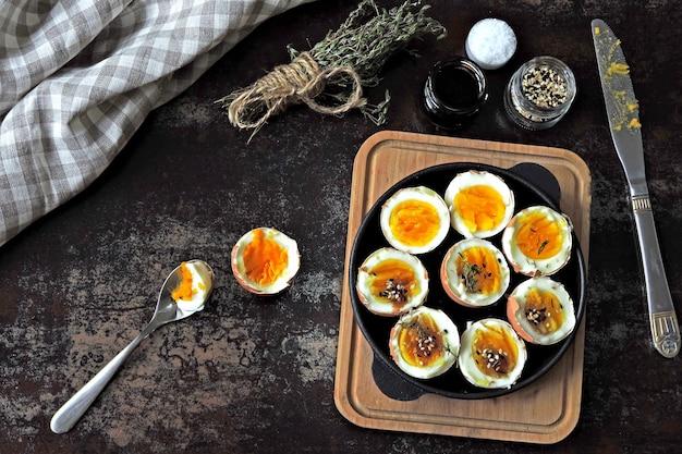 Gekochte eier mit kräutern und sesam. keto frühstück oder snack. leckere weich gekochte eier.