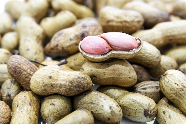 Gekochte erdnüsse sind die ovalen samen einer südamerikanischen pflanze, die häufig geröstet und gesalzen und als snack gegessen werden.