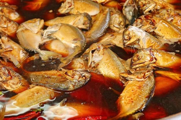 Gekochte fischsauce am markt