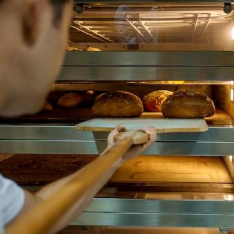 Gekochte frische brote im ofen