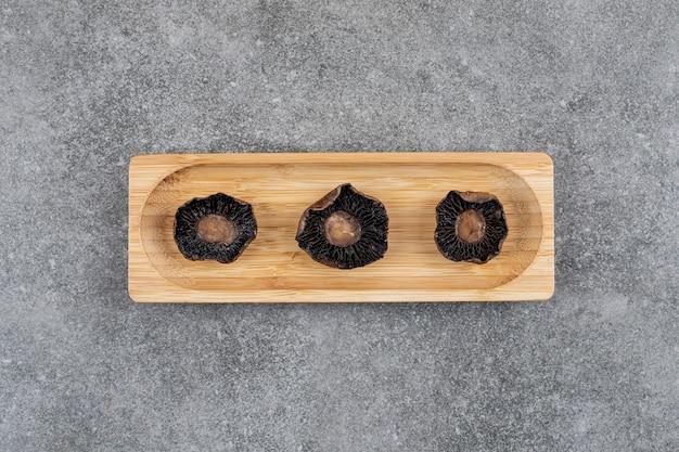 Gekochte frische champignons auf holzbrett