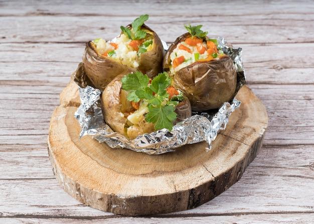 Gekochte kartoffeln auf rundem holzbrett