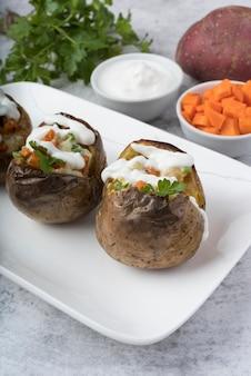 Gekochte kartoffeln auf weißem teller