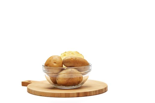 Gekochte kartoffeln in einer glasschüssel