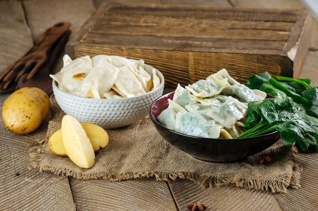 Gekochte knödel vareniki kartoffel-spinat-füllung