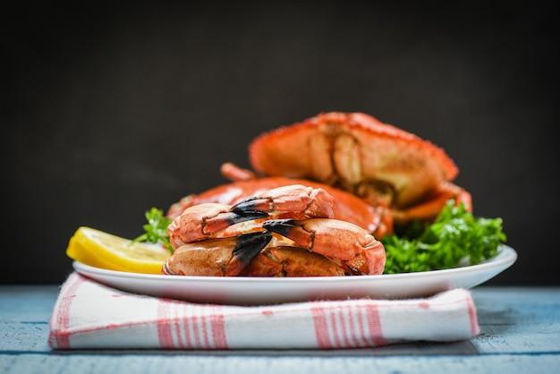 Gekochte krabbe auf platte mit zitronenkräutern und -gewürzen