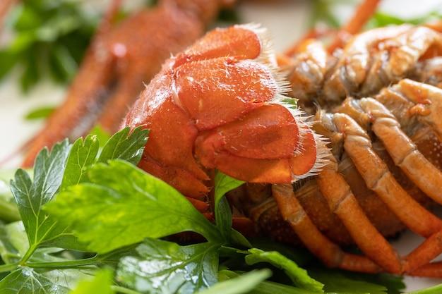 Gekochte langusten hautnah und petersilienblätter vorspeise protein