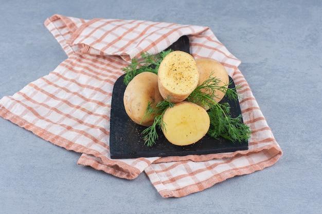 Gekochte neue kartoffeln, gewürzt mit dill und butter. draufsicht.