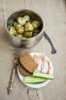Gekochte neue kartoffeln mit kräutern