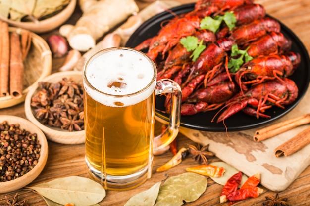Gekochte panzerkrebse mit bier auf hölzernem