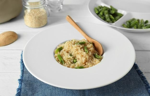 Gekochte quinoa mit französischen bohnen auf weißem teller