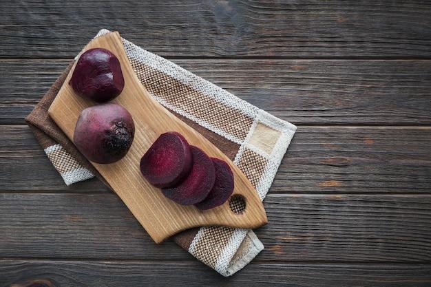 Gekochte rote beete auf holzschneidebrett. gesundes lebensmittelkonzept. draufsicht