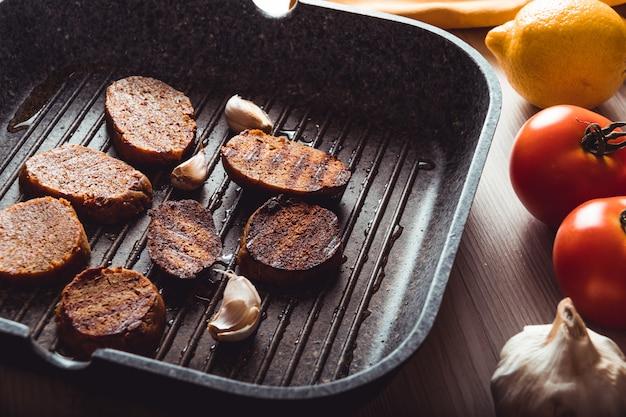Gekochte seitan-gerichte, veganes und vegetarisches essen