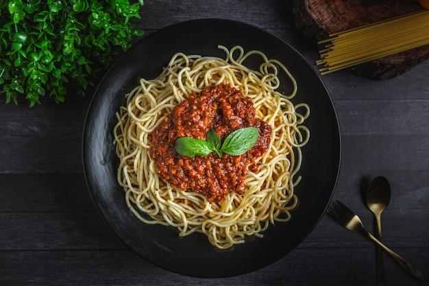 Gekochte spaghetti mit basilikumblatt
