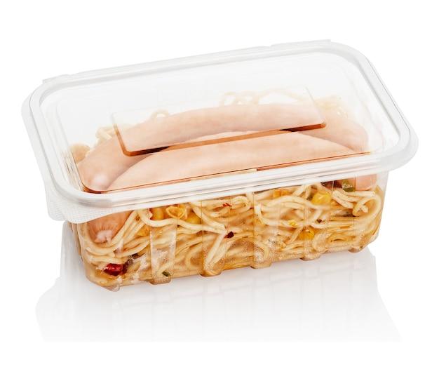 Gekochte würste mit makkaroni in einem transparenten plastikbehälter für lebensmittel