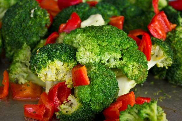 Gekochter brokkoli und roter süßer pfeffer. makro schießen