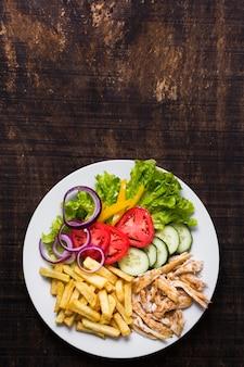 Gekochter fleisch- und gemüse-kebab-weinlesekopienraum