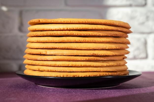 Gekochter honigkuchen auf einem teller