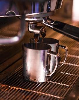 Gekochter kaffee aus der kaffeemaschine