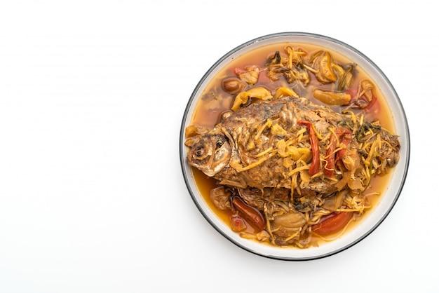 Gekochter karpfenfisch mit eingelegtem salat