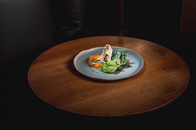 Gekochter kürbis mit japanischer brühe und hackfleischsauce