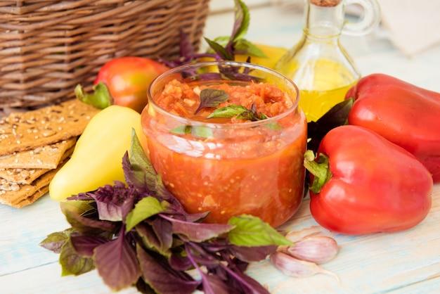 Gekochter lecho mit hellem paprika und basilikum