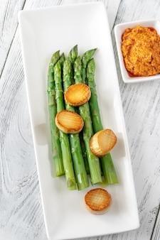 Gekochter spargel mit romesco-sauce und jakobsmuscheln