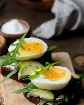 Gekochtes ei auf einem schneidebrett