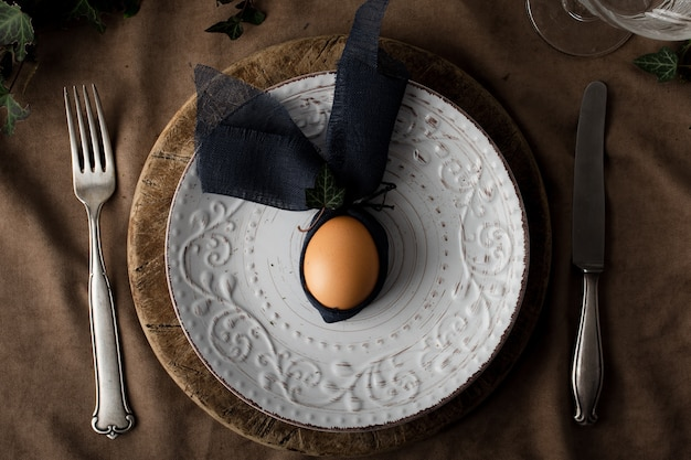 Gekochtes ei der draufsicht auf einer platte