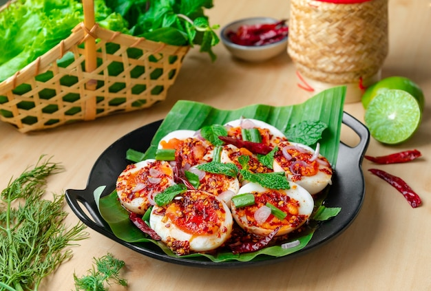 Gekochtes ei larb - eierspeise mit thailändischen gewürzen