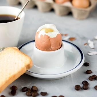 Gekochtes ei mit brot und kaffeebohnen