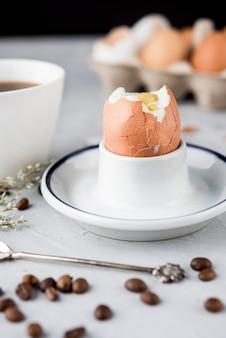Gekochtes ei und kaffeebohnen