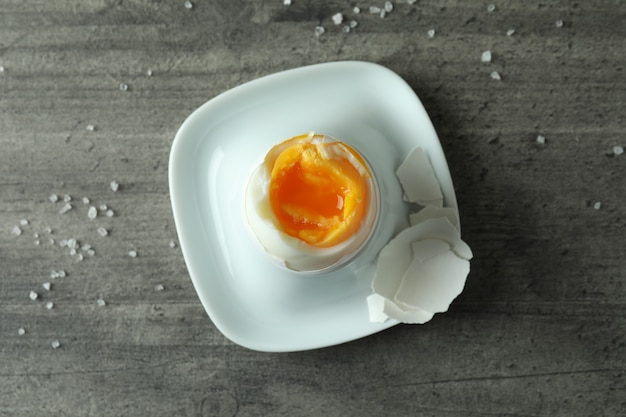 Gekochtes ei und salz auf grauem strukturiertem hintergrund