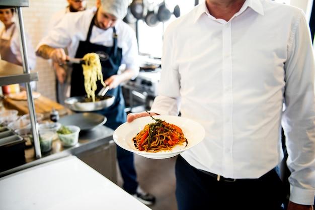 Gekochtes essen bereitet vor, um von der küche gedient zu werden