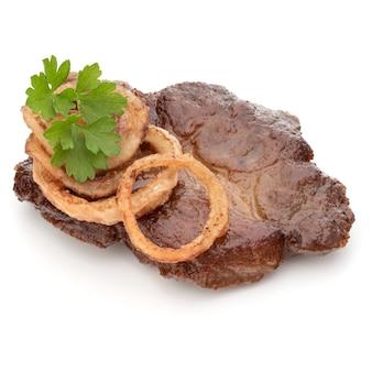 Gekochtes gebratenes schweinefleisch mit petersilienkrautblättern und zwiebelscheibengarnitur lokalisiert auf weißem hintergrundausschnitt