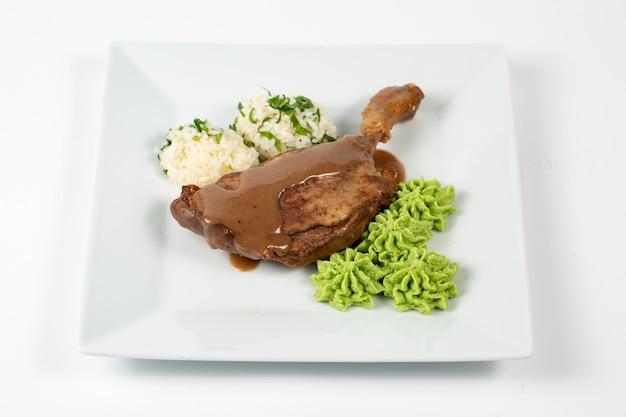 Gekochtes hähnchen mit sauce reisbällchen und einer grünen sauce