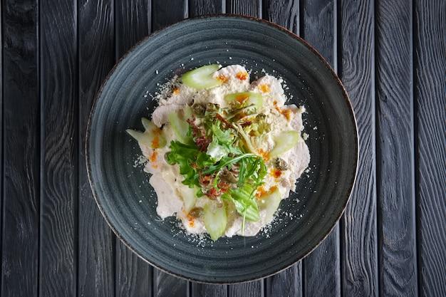 Gekochtes hähnchenfilet mit gemüse und salat, getropft mit essigsauce