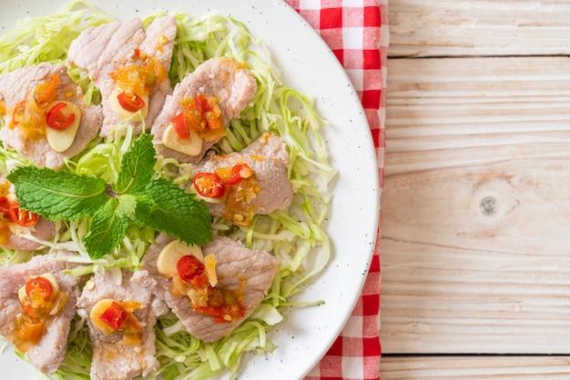 Gekochtes schweinefleisch mit limetten-knoblauch-chili-sauce