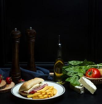 Gekochtes schweinefleischsandwich und pommes frites 1