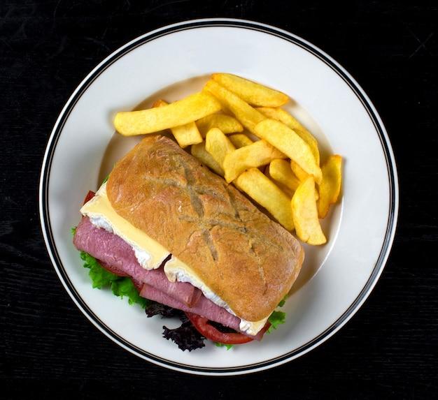 Gekochtes schweinefleischsandwich und pommes-frites