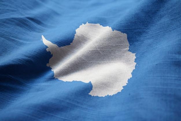 Gekräuselte flagge der antarktis im wind wehen