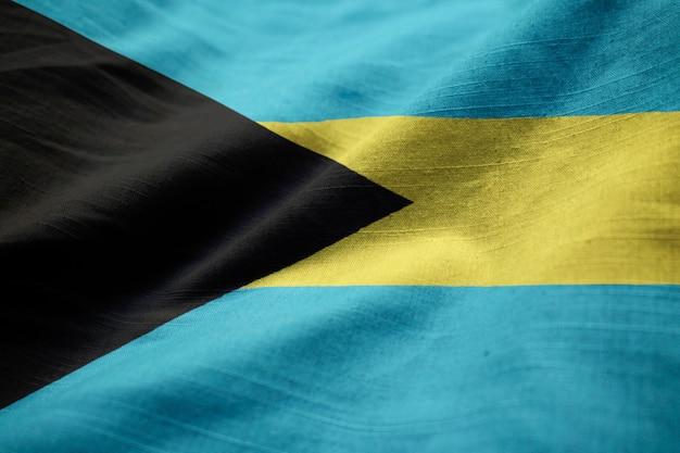 Gekräuselte flagge von bahamas, die im wind durchbrennen