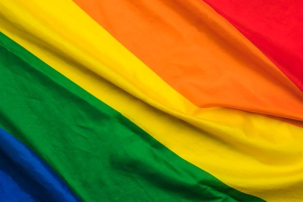 Gekräuselte regenbogenflagge der lgbt-gemeinschaft