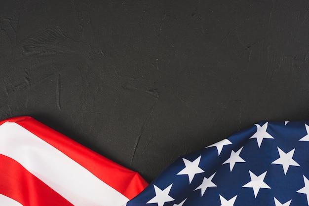 Gekräuselte us-flagge auf beschaffenheitshintergrund