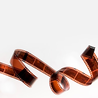 Gekräuselter filmstreifen lokalisiert auf weißem hintergrund