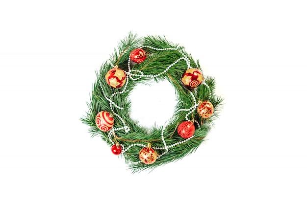 Geladener weihnachtskranz lokalisiert auf weiß